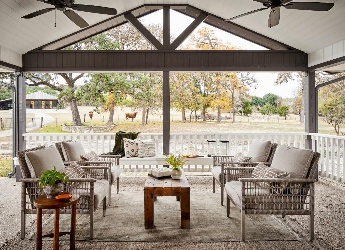 margaret-selzer-interior-design-outdoor-patio-seating-area-tx